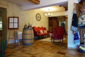 Vue du hall d'entrée et de la réception de votre hôtel restaurant d'Anduze, en Cévennes