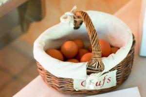 Panier d'œufs, au petit déjeuner, dans notre hôtel restaurant cévenol