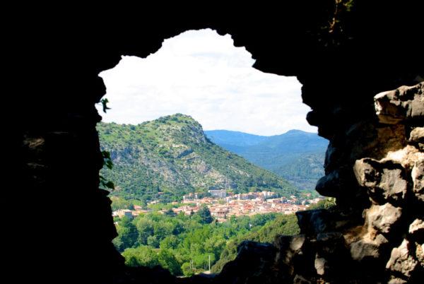Une belle vue d'Anduze s'offre à vous depuis le château de Tornac (à 10mn de route de l'hôtel restaurant, laissez votre voiture et prenez, à pied, le chemin qui y mène en quelques minutes de marche seulement)