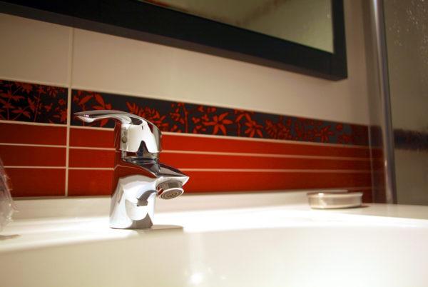 Dans une salle de bain de notre hôtel restaurant d'Anduze, en Cévennes