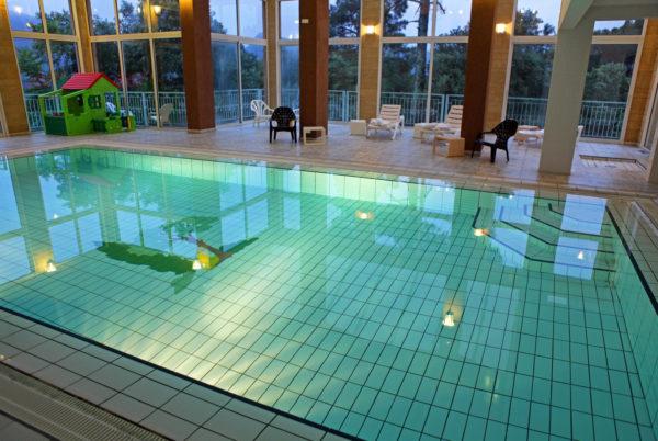 Le soir, à Anduze, en Cévennes, notre piscine couverte et chauffée