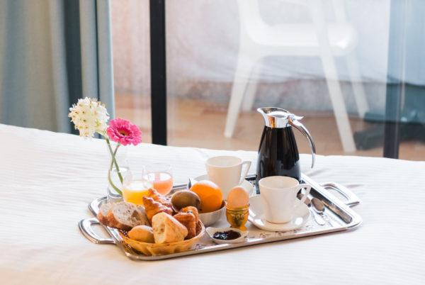 Petit déjeuner dans l'une des chambres de notre hôtel cévenol d'Anduze