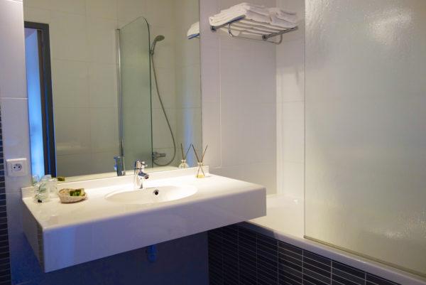 Dans une salle de bain de notre hôtel restaurant cévenol d'Anduze