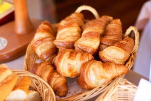 Au petit déjeuner, quelques croissants à déguster nature ou avec nos confitures maison