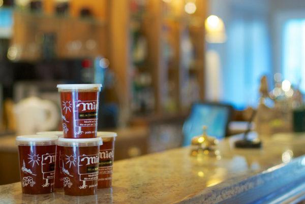 Notre sélection de miels de région, disponible à la vente, à la réception de votre hôtel en Cévennes