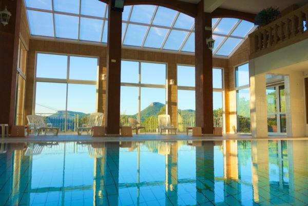 Au petit matin, à Anduze, en Cévennes, notre piscine couverte et chauffée
