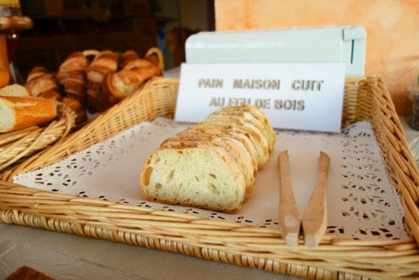 A Anduze, en Cévennes, pour votre petit déjeuner : pain maison au feu de bois