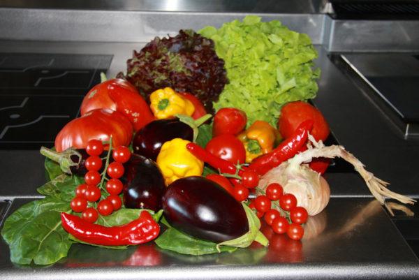 En cuisine, dans notre restaurant cévenol d'Anduze, la cueillette du jardin