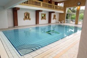 A Anduze, en Cévennes, notre piscine couverte est chauffée est à votre disposition durant tout votre séjour