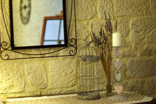 Ambiance intérieure dans le petit salon du hall d'entrée de votre hôtel restaurant cévenol