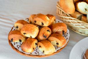 Au petit déjeuner, à Anduze, quelques petits pains au chocolat