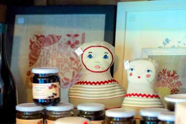 Dans notre hôtel restaurant cévenol, une sélection de vaisselle, accessoires de décoration et produits du terroir est disponible à la vente