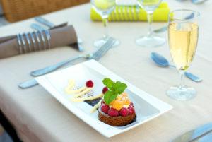 Sur notre terrasse panoramique en Cévennes, dessert à notre restaurant