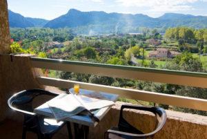 La terrasse privative d'une des chambres de votre hôtel restaurant cévenol, à Anduze