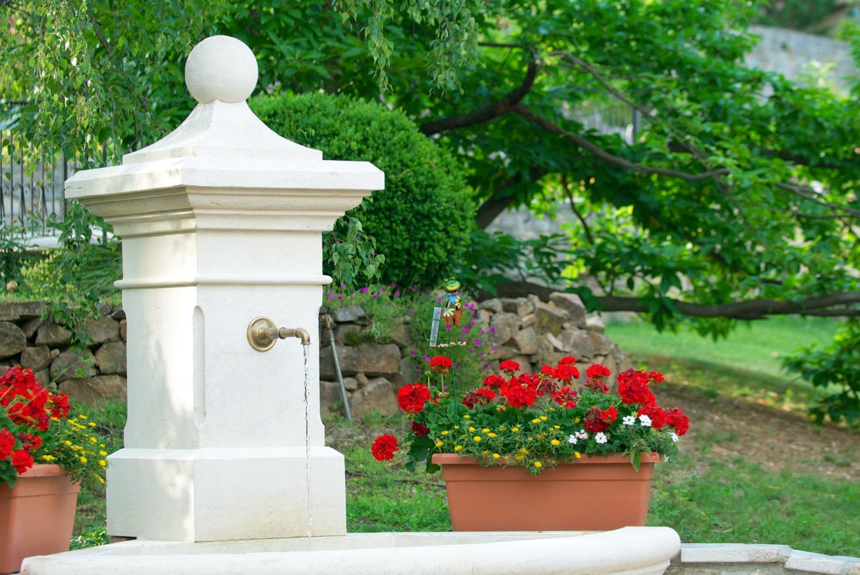 La Porte des Cévennes - Dans la cour d'entrée, la fontaine
