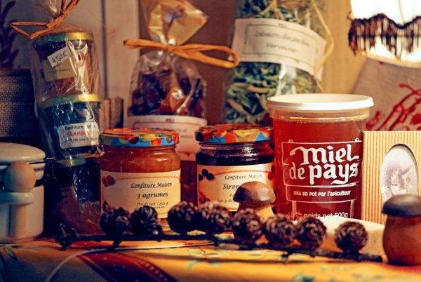 Les miels de région et confitures maison qui vous sont servis au petit déjeuner sont également disponibles à la vente à l'accueil de votre hôtel